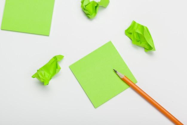 Verfrommeld papier op witte tafel brainstormen in het kantoor Premium Foto