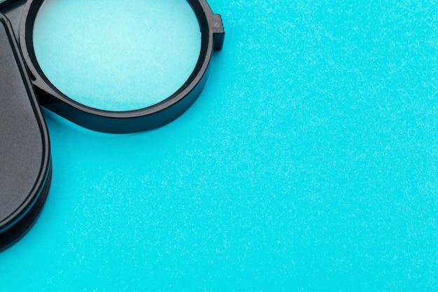 Vergrootglas op blauwe pastel. Premium Foto