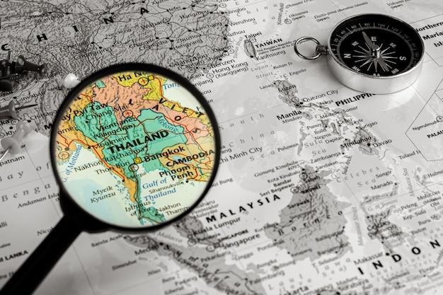 Vergrootglas op de kaart van thailand Premium Foto
