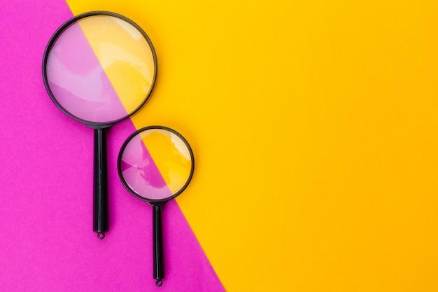 Vergrootglas op oranje achtergrond Premium Foto