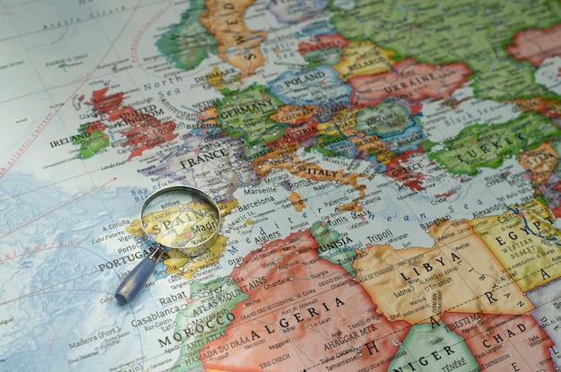 Vergrootglas richting spanje op een wereldkaart Premium Foto