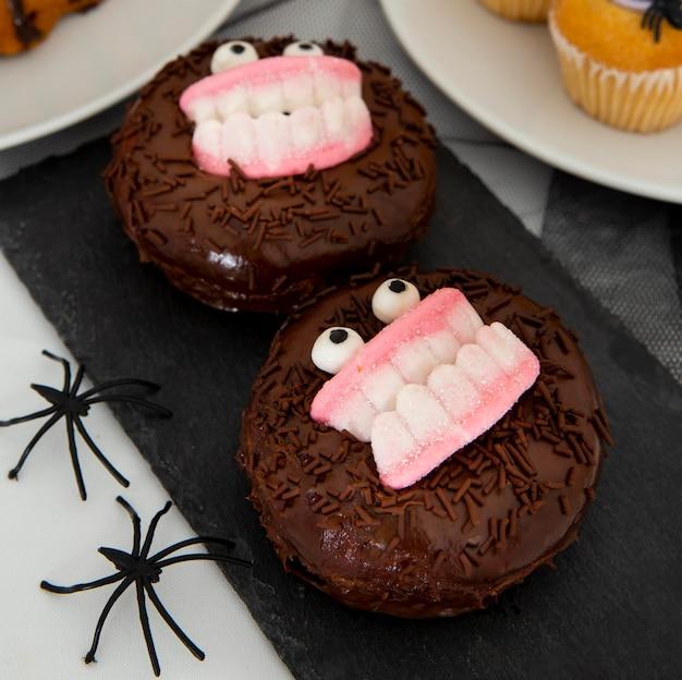 Vergrote weergave van halloween donuts concept Gratis Foto