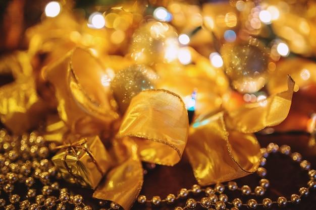 Vergulde banden op kerstdecoratie Gratis Foto
