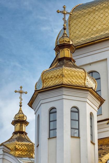 Vergulde koepels van orthodox-christelijke kerk schijnen op de blauwe hemelachtergrond Premium Foto