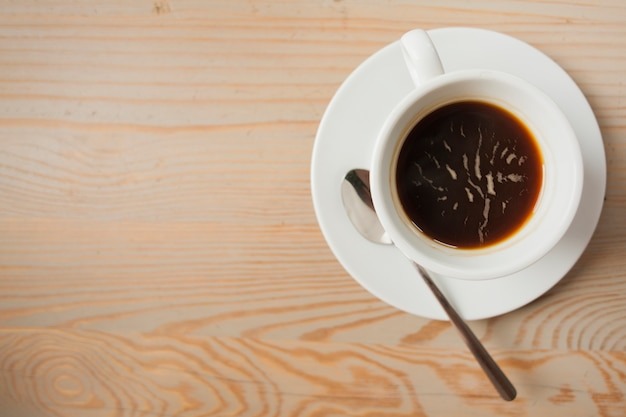 Verhoogde mening van zwarte koffie op houten lijst Gratis Foto