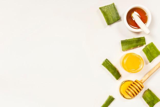 Verhoogde weergave van plakjes en honing voor het maken van medicijnen Gratis Foto