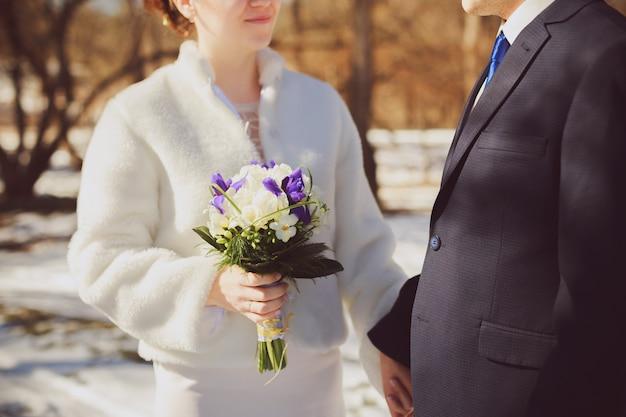 Verhouding en huwelijksconcept met dichte omhooggaand van man en vrouwenbruid en bruidegom Premium Foto