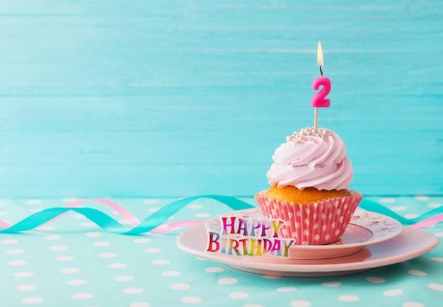 Verjaardag caucpcake op blauwe houten achtergrond Premium Foto