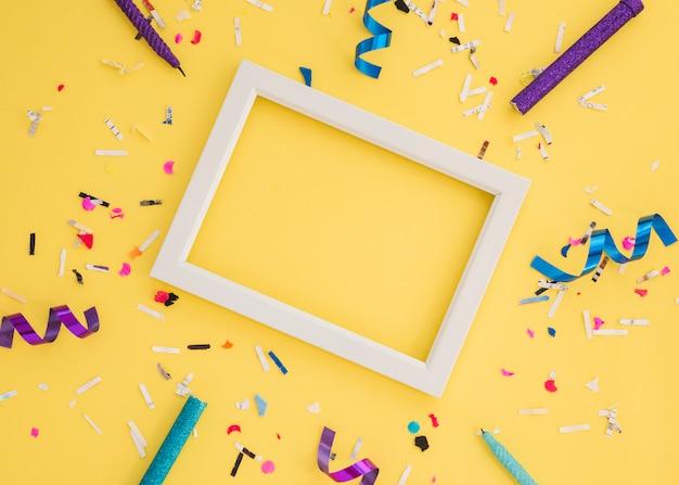 Verjaardag confetti met frame Gratis Foto