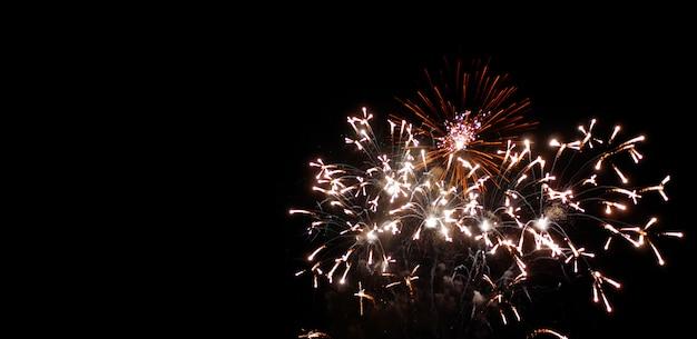 Verjaardag en festival nieuwjaarsvuurwerk op nachthemel Premium Foto