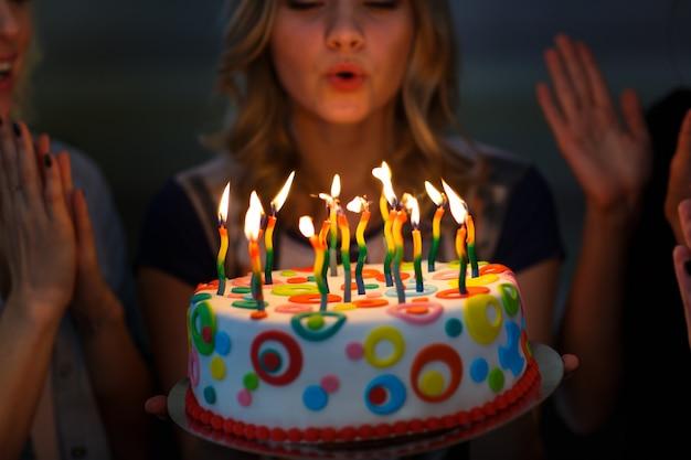 Verjaardag. meisjes met een cake met kaarsen. Premium Foto