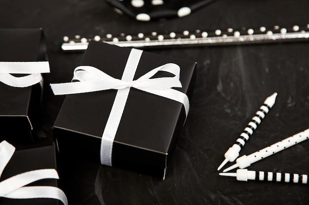 Verjaardags- of feestaccessoires set met geschenkdozen Premium Foto