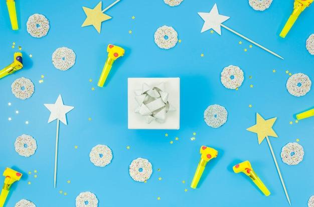Verjaardagscadeau met kleurrijke confetti Gratis Foto