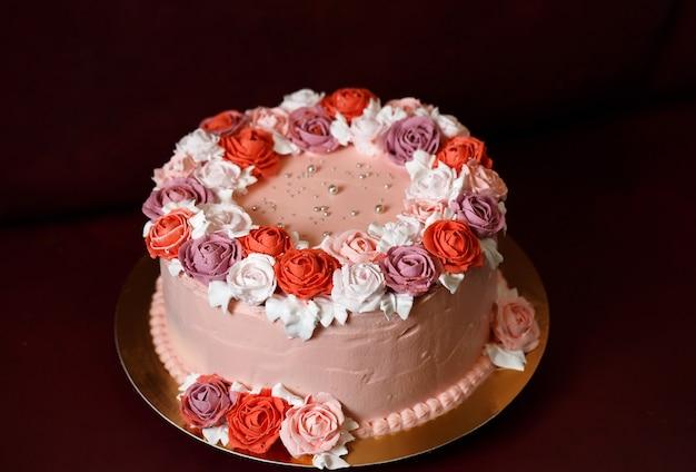 Verjaardagscake met rode rozen. Premium Foto