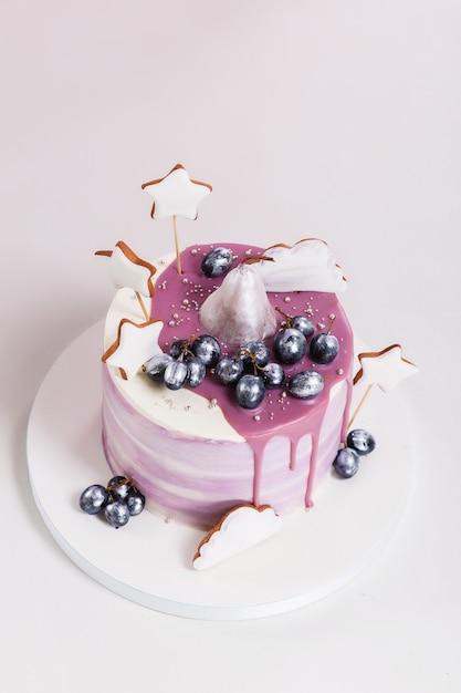 Verjaardagscake versierd met bosbessen en koekjes Gratis Foto