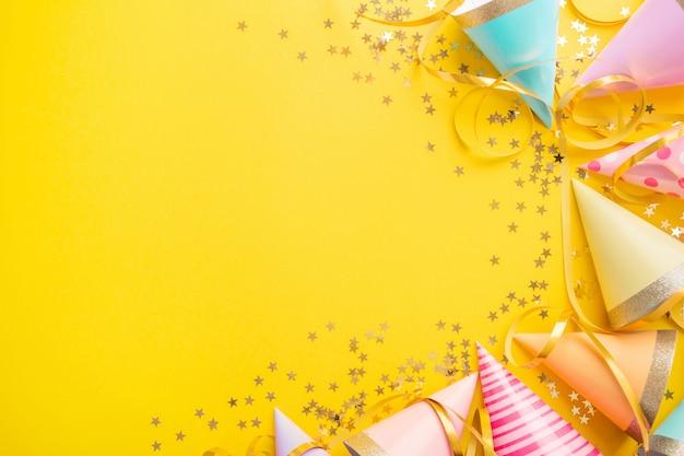 Verjaardagsfeestje achtergrond op geel Premium Foto