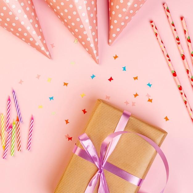 Verjaardagsgeschenk naast kleurrijke ornamenten Gratis Foto