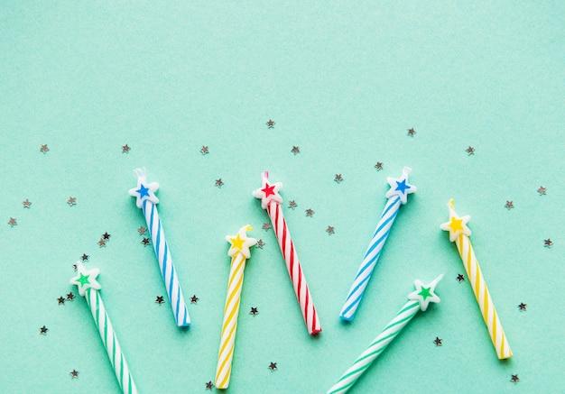 Verjaardagskaarsen op pastel groene achtergrond Premium Foto