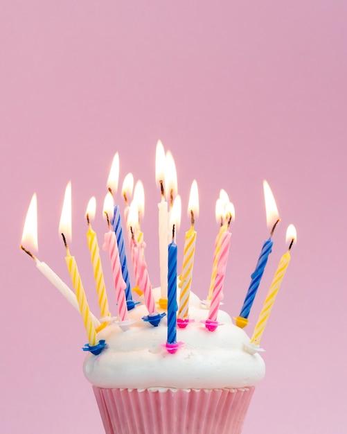 Verjaardagsmuffin met kleurrijke kaarsen Gratis Foto
