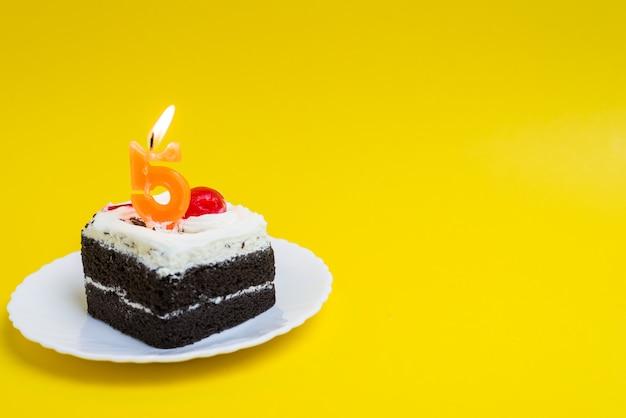 Verjaardagstaart met het nummer 5 brandende kaarsen gelukkige verjaardagstaart op gekleurde achtergrond Premium Foto