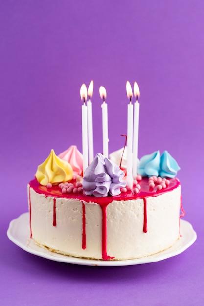 Verjaardagstaart met paarse achtergrond Gratis Foto