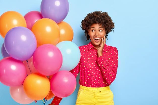 Verjaardagswens. positieve dame met afro-kapsel, staart opzij Gratis Foto