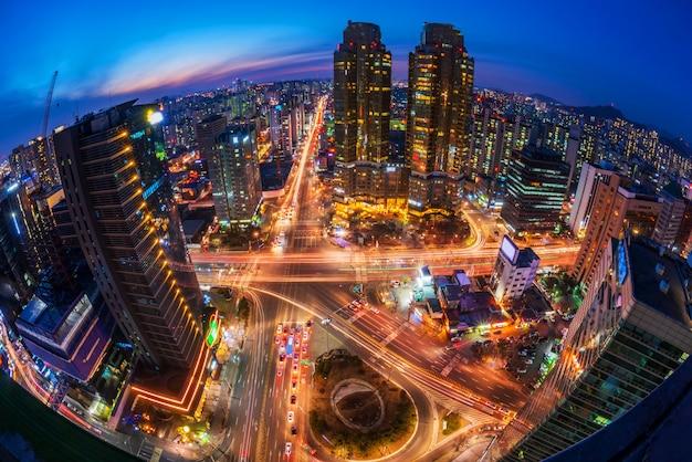 Verkeer bij nacht in de stad van seoel, zuid-korea Premium Foto
