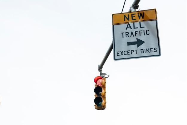 Verkeerslicht en signage close-up Gratis Foto