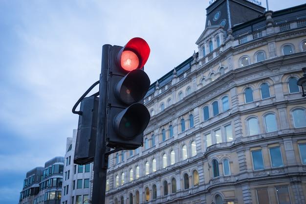 Verkeerslicht in stedelijk vervoer in londen Premium Foto