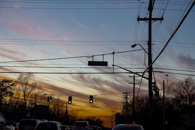 Verkeerslichten en lucht voor zonsondergang Gratis Foto