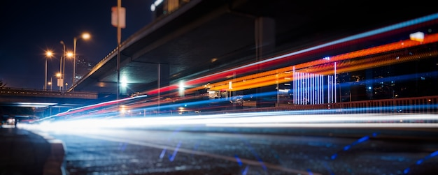 Verkeerslichtpaden op stedelijke straat Gratis Foto