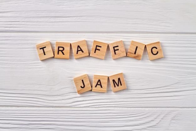 Verkeersopstopping concept. lijn van het wegverkeer. alfabetkubussen met letters die op lichte houten achtergrond worden geïsoleerd. Premium Foto