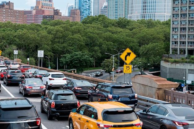 Verkeersopstopping in de stad Premium Foto