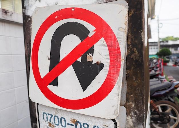 Verkeersteken geen u-draai op de weg in de stad. Premium Foto
