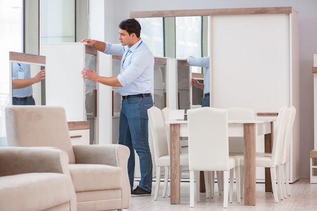 Verkoopassistent in meubelwinkel Premium Foto