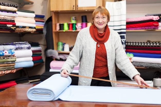 Verkoopmedewerker werkt in de tissuewinkel Gratis Foto