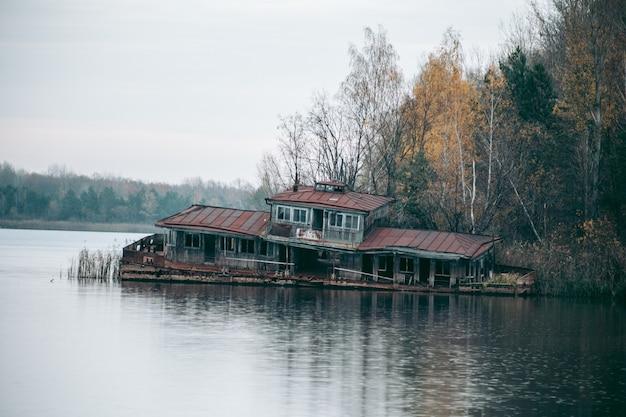 Verlaten baai aan het meer in pripyat in tsjernobyl Premium Foto