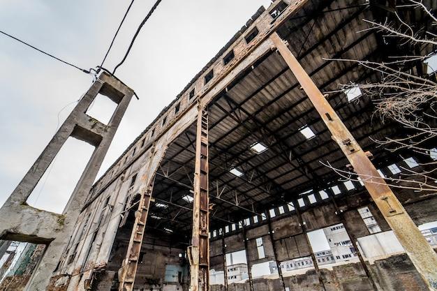 Verlaten gebouw met puin in de stad na de oorlog. gebroken huis op ruïne sloopterrein na vernietiging. detailopname Premium Foto