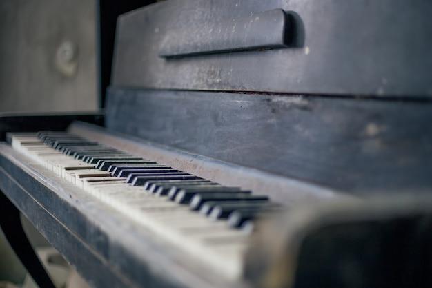 Verlaten piano in pripyat in tsjernobyl Premium Foto