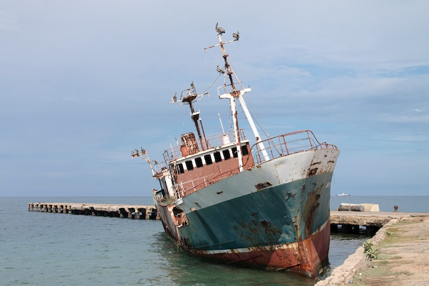 Verlaten schip in de wateren van de caribische zee Premium Foto