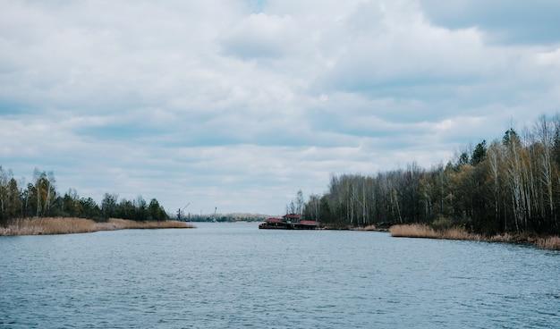 Verlaten veerboot op pripyat-rivier in tsjernobyl, de oekraïne. Premium Foto