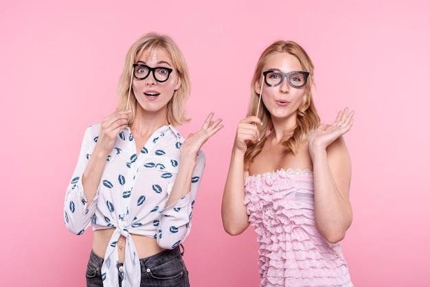 Verlaten vrouwen op feestje met foto's met maskers Gratis Foto