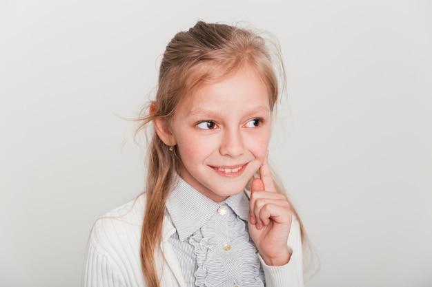 Verlegen meisje lacht Gratis Foto