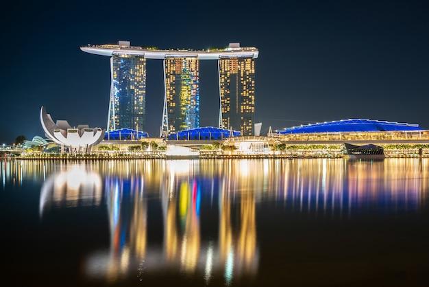 Verlichte marina bay weerspiegeld in het water Gratis Foto