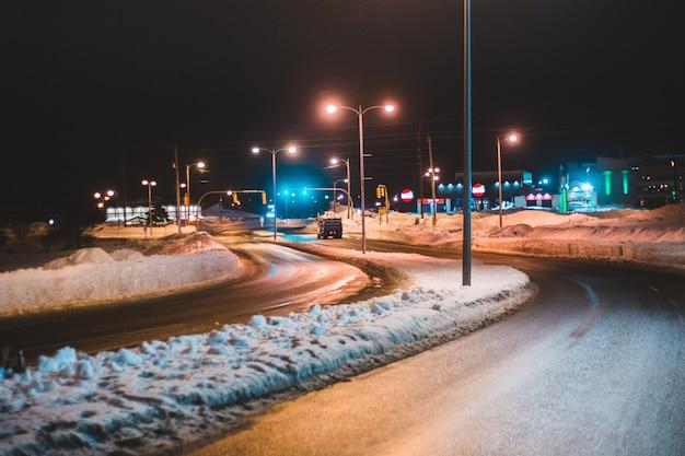 Verlichte straatlantaarn tijdens de nacht Gratis Foto