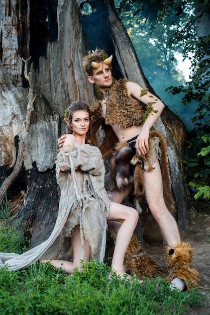 Verliefde elfjes. mooi elf van het feemeisje en een kerel van de boskoning. het concept chelowin Premium Foto