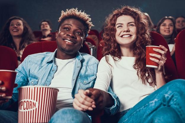 Verliefde mensen kijken naar films in de bioscoop. Premium Foto