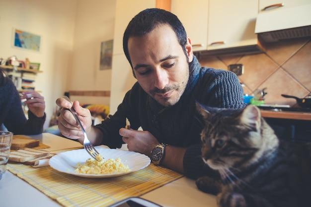 Verliefde paar eten in de lunch Premium Foto