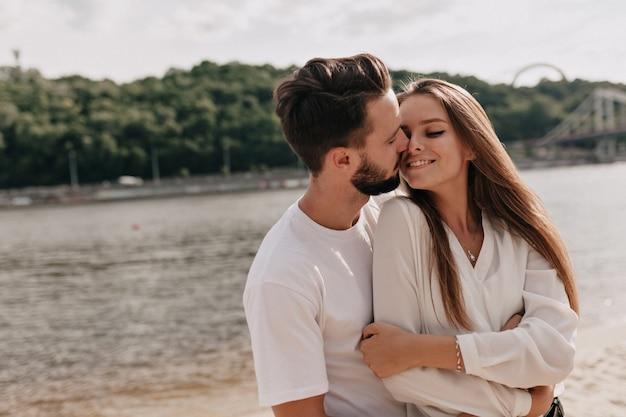 Verliefde paar, genietend van de zomertijd in de buurt van het meer Gratis Foto