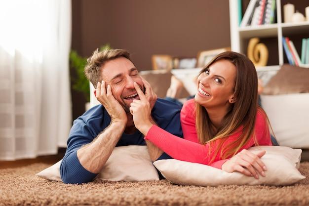 Verliefde paar grappige tijd samen doorbrengen op tapijt Gratis Foto